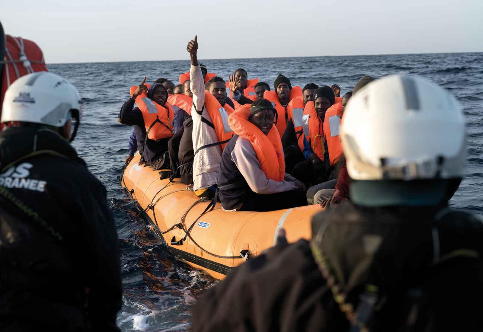 Flyktingar väntar i en gummibåt