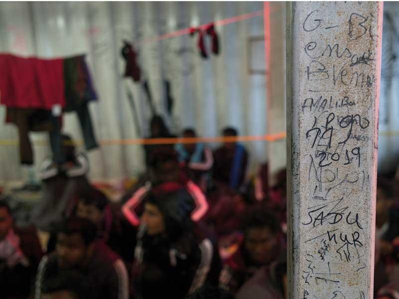 text står skrivet på en grå stolpe